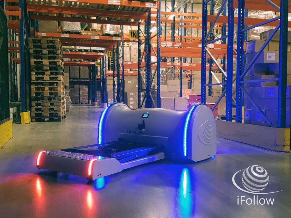 Robot iLogistics en entrepôt par iFollow